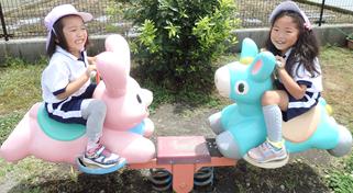 遊具で遊ぶ園児の写真
